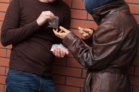 Studenten uitwisselen geselecteerde type van drugs voor geld Stockfoto