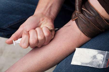 hombre disparando: Hombre adicto disparando hero�na a las venas