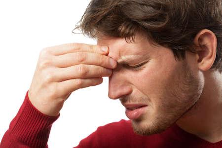 male headache: Hombre que sostiene la nariz a causa de un dolor en los senos