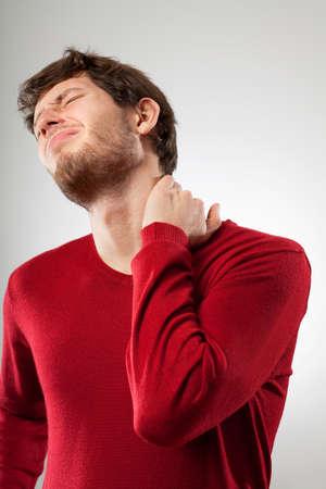 cervicales: Hombre cansado sentirse fuerte neckache