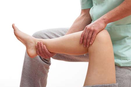 fisioterapia: Fisioterapeuta masaje a los m�sculos de la pierna del joven deportista