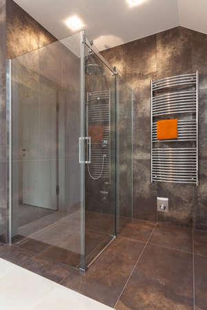 Enorme doccia in vetro nel bagno con pavimento piastrellato Archivio Fotografico - 24568142