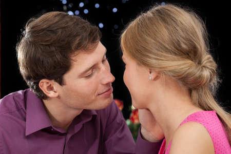 beso labios: Un novio guapo a punto de besar a su novia Foto de archivo