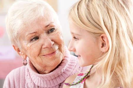abuela: Un primer plano de una abuela y una nieta que miran el uno al otro Foto de archivo