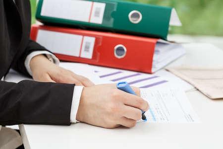 cuenta bancaria: Mujer que recoge los datos de su informe, de cerca