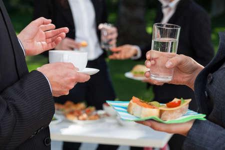 ufficio aziendale: Gli uomini d'affari alla riunione al pranzo a buffet