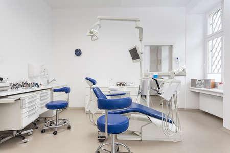 Interieur van een tandartspraktijk, wit en blauw meubilair