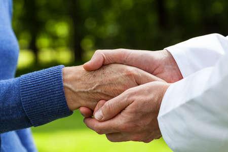 Pacjent: Zamknąć się z lekarzem gospodarstwa dłoń pacjenta w jego