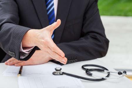 consulta médica: Un médico en una consulta con su parient en su cirugía Foto de archivo