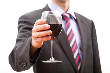 Gentleman hacer un brindis con un vaso de vino tinto.