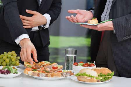 점심 뷔페에서 논의 비즈니스 사람들이