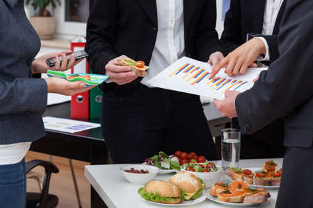 オフィスで健康的な食物と一緒に朝食でビジネス会議
