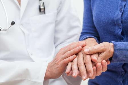 Pacjent: Lekarz pokazując uczucia poparcia wobec swojego pacjenta Zdjęcie Seryjne