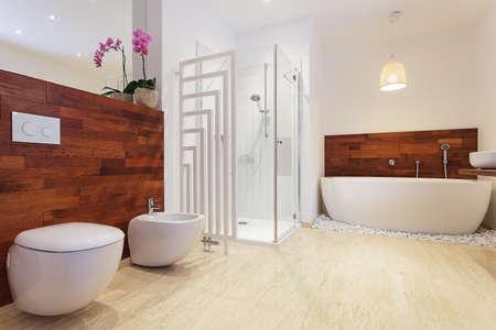 Légante salle de bains lumineuse avec orchidée rose Banque d'images - 24967389