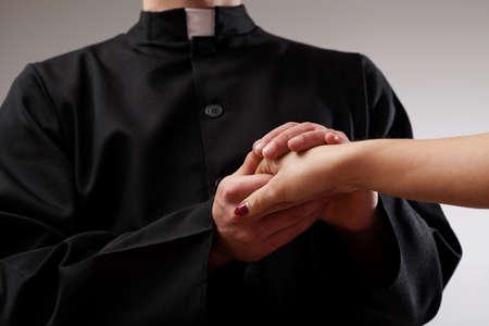 sacerdote: Buen sacerdote apoyo creyente y sosteniendo su mano