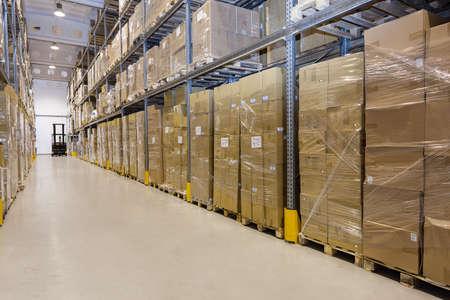 Metalen stellage in een magazijn met kartonnen dozen