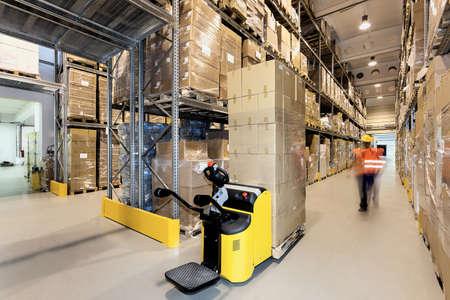 pallet: Carretilla elevadora con los productos en un almacén