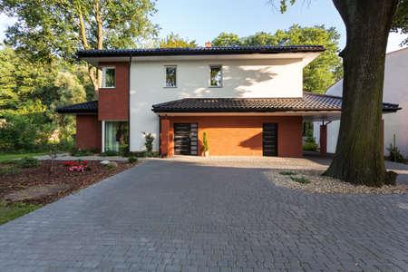 case moderne: Una grande residenza di citt� rivestito in mattoni