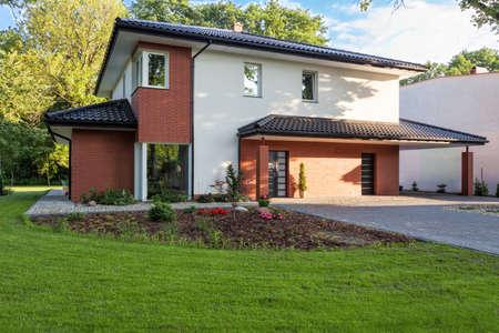 Een moderne villa met een trim tuin Stockfoto