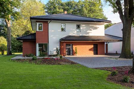 Een stijlvolle elegante herenhuis met een grote tuin