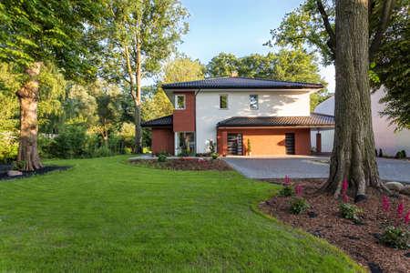 Eine hübsche Sommerhaus mit einem großen Garten