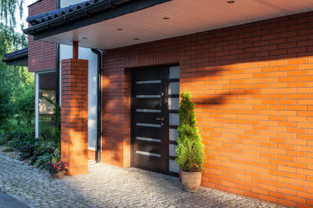 Voordeur van een moderne bakstenen huis