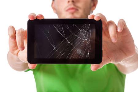 computer screen: Studente presentando un tablet nero rotto dietro un vetro
