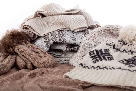sciarpe: Primo piano di un cappello di roba invernale, guanti e sciarpa