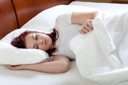 levantandose: Infeliz mujer cansada de levantarse a la mañana