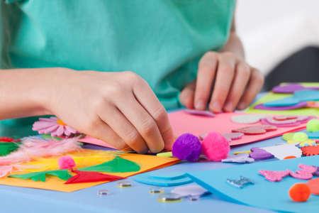 Weinig jongen die kunstwerken op kunst les op de kleuterschool