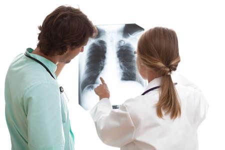 Algemeen chirurg explainnig naar stagiair de details van de longziekte op x-ray beeld