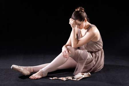 pies bailando: Frustrado, bailar�n de ballet desanime con los pies cansados