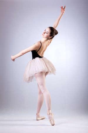 지적되어, 발레 훈련 동안 아름 다운 댄서 스톡 콘텐츠