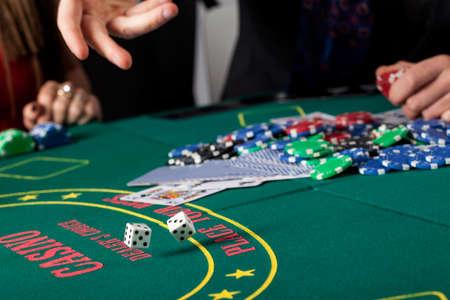 Un primer plano de tirar los dados en una mesa de juego