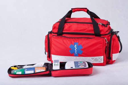 Een EHBO-kit met professionele apparatuur en medicijnen Stockfoto
