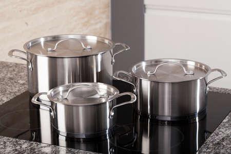 utensilios de cocina: Nuevo Juego de utensilios de cocina de inducci�n negro en la cocina moderna