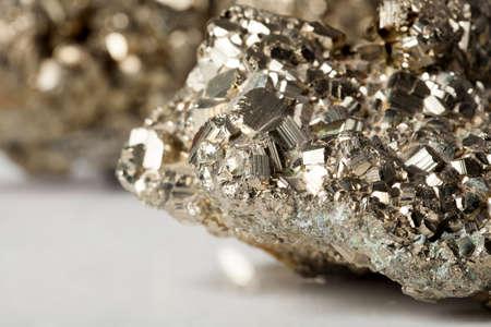 반짝 반사와 황금 황철광 돌 표본 스톡 콘텐츠