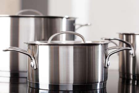 Nieuwe schone aluminium potten op de keuken top