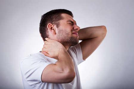 dolor  muscular: Hombre agotado joven con un fuerte dolor de cuello aislado en el fondo blanco