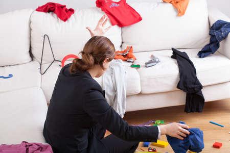 mess room: Una mujer enojada en un cuarto lleno de ropa por todo el lugar