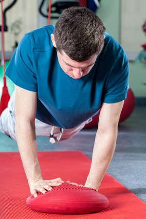 actividad fisica: Hombre fuerte en gimnasia en el polideportivo Foto de archivo