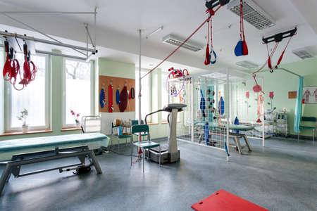 equipo: Espacio para la fisioterapia con el equipo profesional moderno