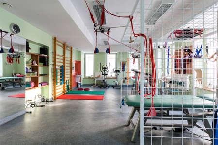 fisioterapia: Moderno gimnasio equipado con m�quinas de colores de ejercicio Foto de archivo