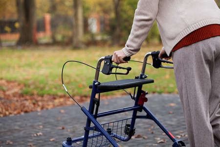 공원에서 워커를 사용하는 장애인 독립적 인 여성 스톡 콘텐츠