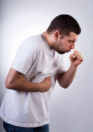 강력한 기침 젊은 사람이 천식으로 고통 스톡 콘텐츠
