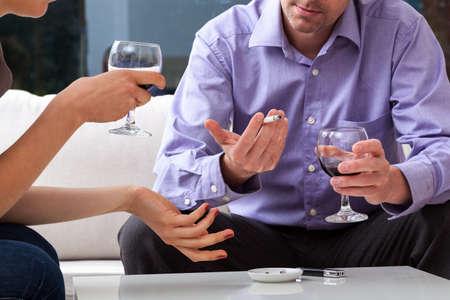 man smoking: Dos personas que fumar y beber durante el debate Foto de archivo