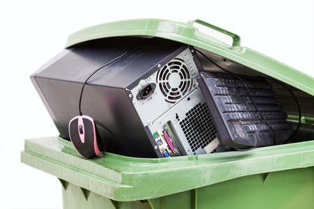 recycle trash: Hardware antiguo puesto en contenedor