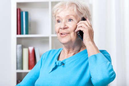 persona mayor: Superior de la mujer durante hablando por teléfono móvil Foto de archivo