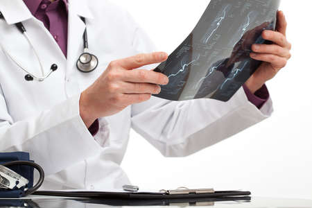 ortopedia: El doctor está haciendo un diagnóstico para un paciente en el consultorio médico