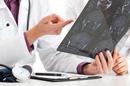 grupo de médicos: Médico en busca de rayos x y debatir acerca de los resultados Foto de archivo